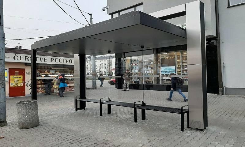 K přístřeškům s jednotnou podobou patří od loňska například ten na zastávce Mendlovo náměstí.