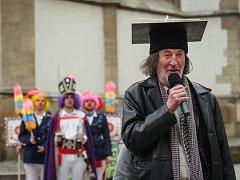 Už podruhé oslavili v pátek na apríla klauni v Brně svůj svátek. Po poledni vypukl před Divadlem Bolka Polívky na Jakubském náměstí happening, který nabídl pouliční vystoupení Divadla Kufr, dvojice Fretti & Barin či koncert skupiny Urband.