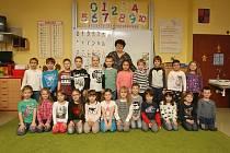 Focení prvňáčků v ZŠ Milénova v Brně. Na fotografii třída 1.B s třídní učitelkou Ludmilou Vaňkovou.