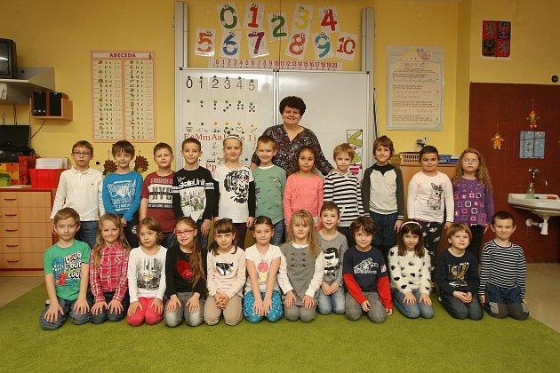 Focení prvňáčků vZŠ Milénova vBrně. Na fotografii třída 1.B střídní učitelkou Ludmilou Vaňkovou.