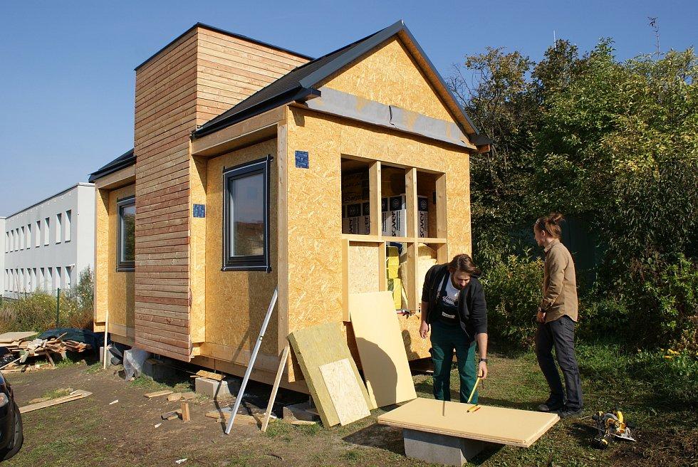 Stavění experimentálního modulu dřevostavby vědci a studenty z brněnské Mendelovy univerzity. Foto: Mendelova univerzita