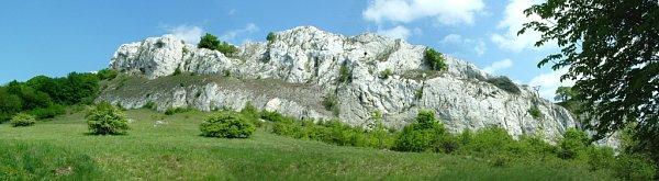 Chloubou krajiny kolem vrchu Děvín jsou vápencové skály, ke kterým se vztahují istaré legendy. Na jaře na nich rozkvétají různé druhy květin a vidět jsou itřiceticentimetrové ještěrky. Své kouzlo má izřícenina hradu Děvičky.