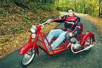 Třiadvacetiletý Petr Burian z brněnské lakovny Moto Kenny dává dohromady starý stroj značky Čezeta z roku 1960.