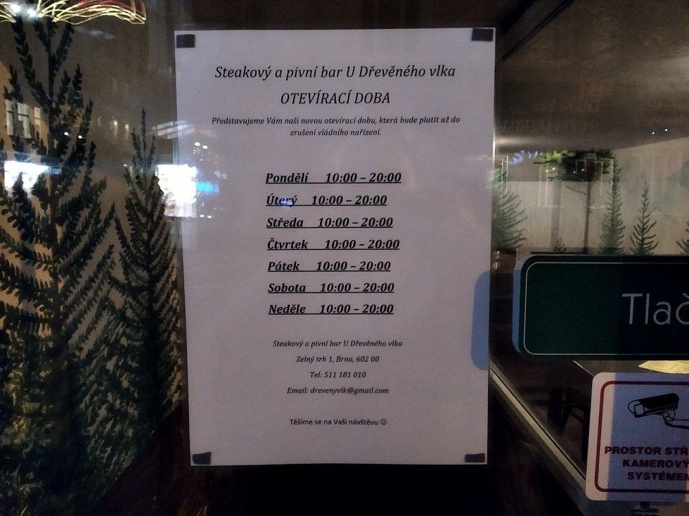 Hospodští musí své podniky mezi osmou hodinou večer a šestou ráno nechat zavřené. Vyplývá to zmimořádných opatření, které ve čtvrtek vyhlásila vláda.