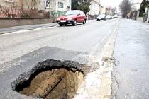 Kanál se v Babičkově ulici doslova propadl o jeden metr.