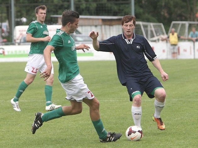 Fotbalisté Bohunic (v tmavém) slaví třetí vítězství v Jihomoravském poháru, když porazili městského rivala Bystrc 1:0.