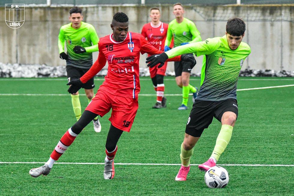 Alternativou do středu zálohy v líšeňské sestavě je senegalský fotbalista Lamine Fall (v červeném).