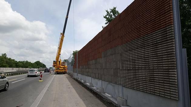 Stavba nové protihlukové stěny na 191. kilometru dálnice D1 u Brna.