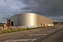 Vznikající sportovní centrum v Moutnicích na Brněnsku má hotovou hrubou stavbu a opláštění.
