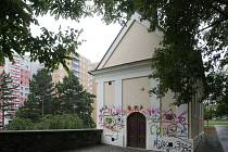 Posprejovaná kaple svatého Cyrila a Metoděje na Morávkově náměstí v brněnských Bohunicích.