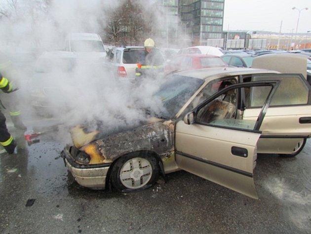Na parkovišti u bohunické nemocnice hořelo auto.