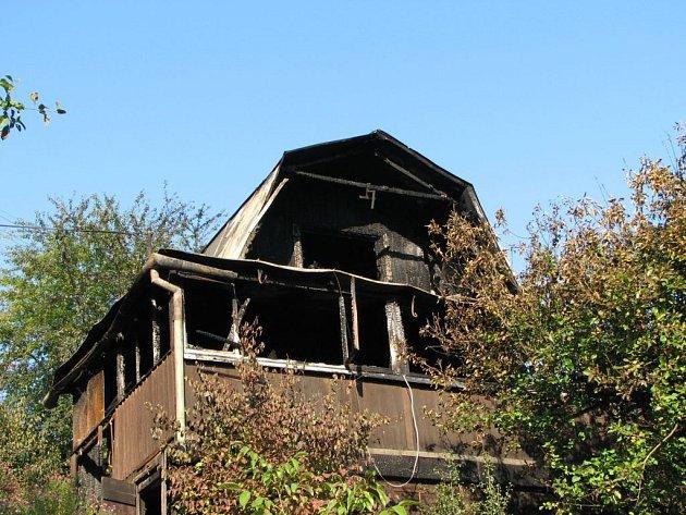 V této chatě zemřela desetiletá dívka.