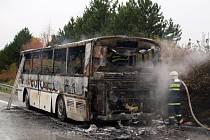 Hořící autobus ochromil provoz na dálnici D1 u Rousínova.