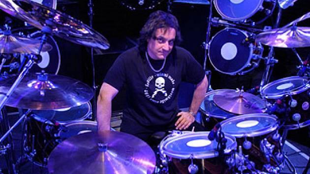 Vinny Appice (na snímku) v minulosti nahrával a koncertoval ve skupinách v Black Sabbath, DIO, Heaven & Hell, WWIII nebo doprovázel umělce jako John Lennon či Rick Derringer.