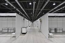 Na výstavišti v Brně v pavilonu G2 je před dokončením stavba záložní nemocnice s 300 lůžky pro pacienty s nemocí covid-19.