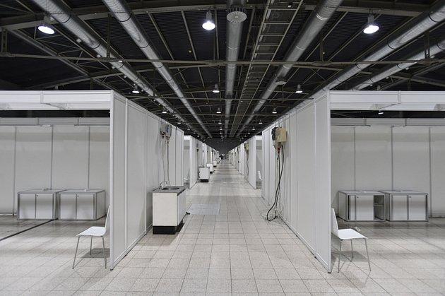 Na výstavišti vBrně vpavilonu G2 je před dokončením stavba záložní nemocnice s300 lůžky pro pacienty snemocí covid-19.