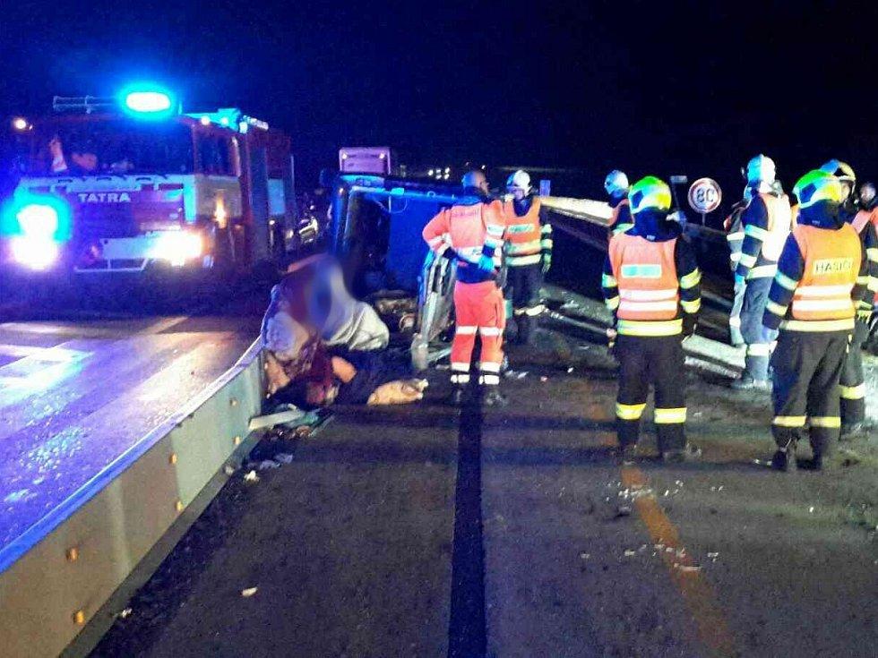 Dvě hodiny zůstali v neděli na dálnici D1 stát řidiči, kteří se rozhodli pro noční cestu do Prahy nebo Brna. Na 169. kilometru ve směru na Prahu totiž skončila dodávka po dopravní nehodě na boku.