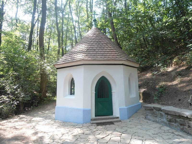 Kaplička Panny Marie v osadě Rokytná v Moravském Krumlově z roku 1847. Obnoveno bylo starší řešení fasády kaple i výmalba interiéru. Památka po úpravách.