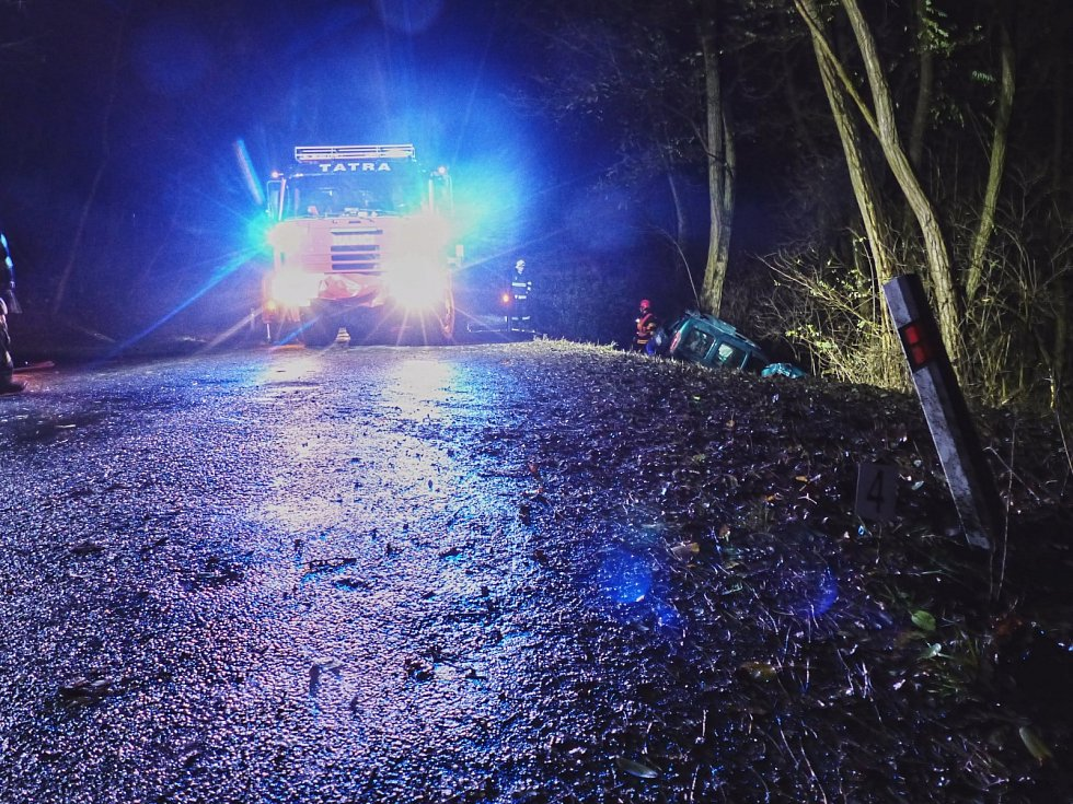 Tragická nehoda mladé řidičky u Želešic na Brněnsku. Autem narazila do stromu, svým zraněním na místě podlehla.
