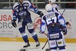 Hokejisté brněnské Komety v 47. extraligovém kole doma přetlačili Pardubice 2:1. Na snímku Vincour, zrovna vyrovnal.
