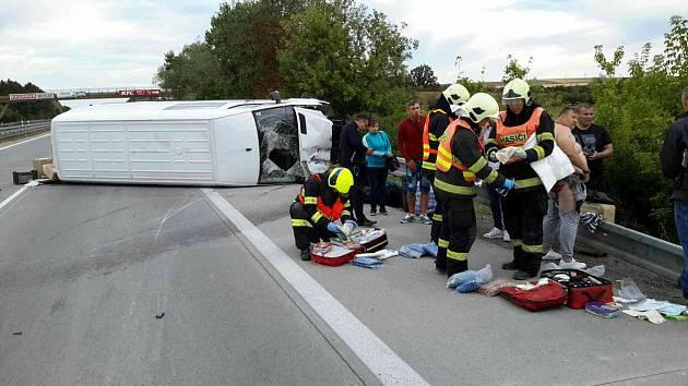 Po havárii dodávky na dálnici D2 jsou čtyři zranění. Řidiči místem projedou s omezením.