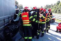 Nehoda na dálnici D2. Dodávka narazila zezadu do kamionu.