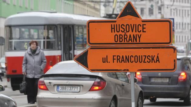 Po uzavření ulice Milady Horákové zažívají krušné chvíle i lidé z Cejlu.