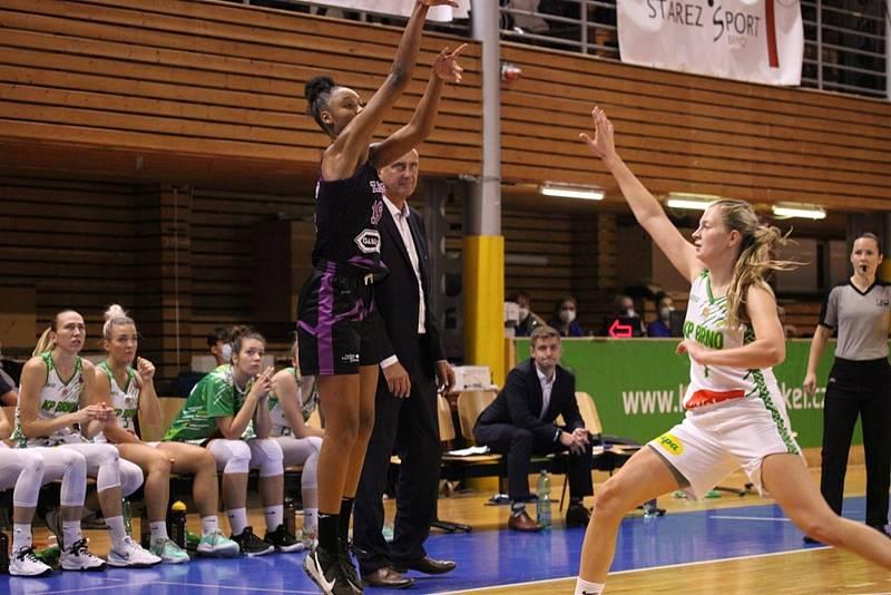 Královopolské basketbalistky (v bílém) na úvod eurocupové základní skupiny L prohrály s Tarbes 49:55.