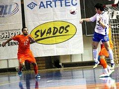 Futsalisté Helasu Brno (v bílém) v utkání s Tango Brno - ilustrační fotografie.