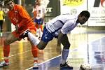 Futsalisté Helasu Brno (v bílém) podlehli Tangu Brno 2:4.