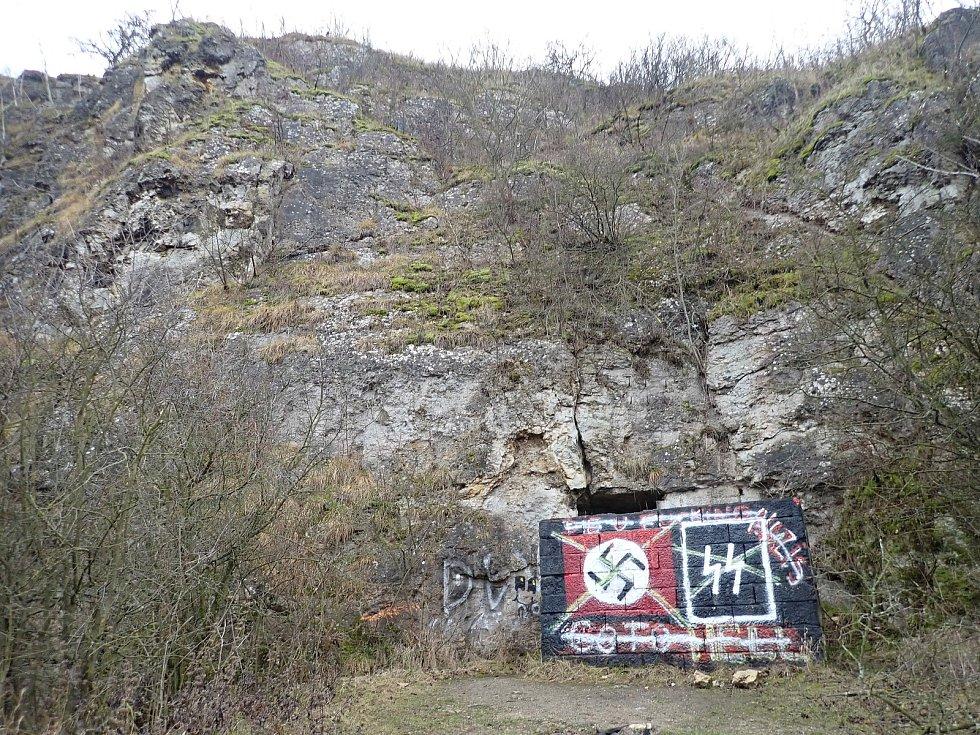Hákové kříže a symbol Schutzstaffelu. Vandalové poničili národní památku.