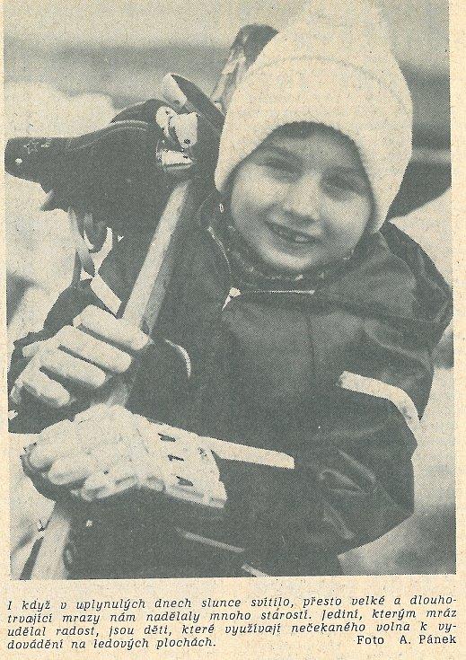 """Uhelné prázdniny na začátku ledna 1979. """"Jediní, kterým mráz udělal radost, jsou děti, které využívají nečekaného volna k vydovádění na ledových plochách."""