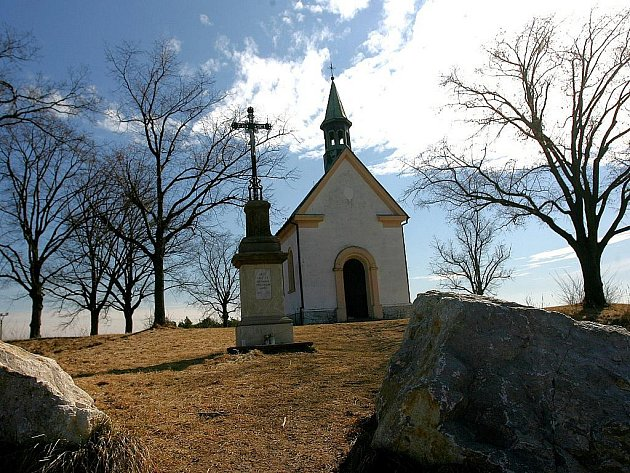 Líšeňská kaple stojí na vršku nazvaném Kostelíček. Nový územní plán umožňuje stavět v jejím blízkém okolí, které je cílem procházek rodin i tamních pejskařů.