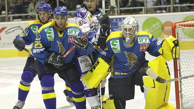 BDĚLÍ LVI. Ústečtí hokejisté se pokusí ubránit produktivního brněnského útočníka Milana Kostourka (v modorbílém).