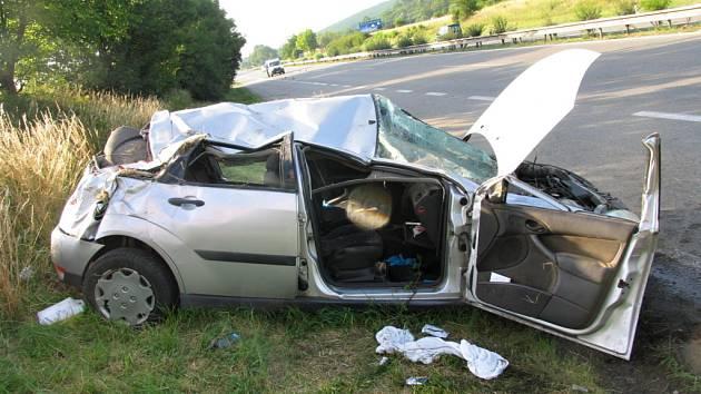 Po nebezpečném manévru řidiče BMW skončil Ford Focus mimo silnici. Po řidiči BMW policie pátra.