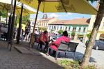 Zahrádky byly zaplněné lidmi v Bučovicích na Vyškovsku. Výjimku tvořily některé provozovny, u kterých jsou stále nepřístupné.