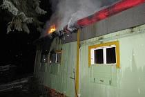 Přístup k chatě hasičům komplikoval led a sníh.