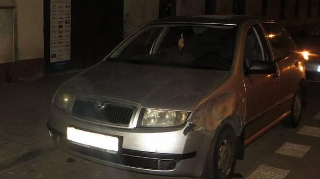 Při dechové zkoušce řidič nadýchal 1,5 promile alkoholu. Navíc nikdy nevlastnil řidičský průkaz a auto, které řídil, bylo kradené.