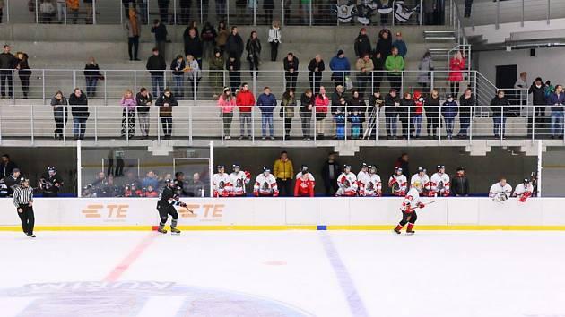 Nově otevřený zimní stadion v Kuřimi o víkendech nabízí i veřejné bruslení, konají se v něm pravidelně i hokejové zápasy.