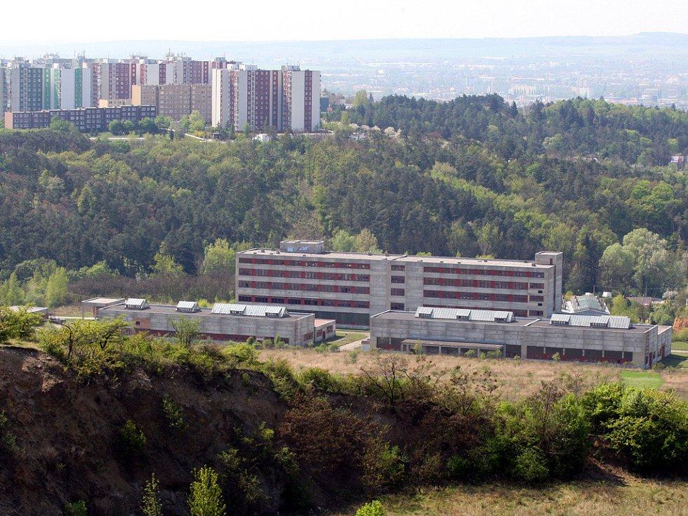 STOJÍ LADEM.  Nikdo ze střídajících se majitelů areálu nenašel způsob, jak továrnu využít. Areál chátrá.