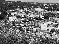 STOČTYŘICETILETÁ HISTORIE. Brněnský velodrom ve své historii několikrát změnil svou tvář. V posledních desetiletích kromě sportovcům slouží také jako otevřená aréna pro pořádání hudebních koncertů a podobných akcí.