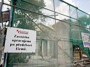 Poslední svého druhu, ale přesto ohrožená. Zastávka na Obilním trhu, kterou chtěla městská část Brno-střed opravit, může přijít o statut památky. Ministerstvo kultury už zahájilo řízení, kterým může péči o historický přístřešek ukončit.