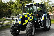 Novou zbraň v boji proti zločinu mají policisté v jihoanglickém hrabství Dorset. Policejní vůz z Brna. Není sice příliš vhodný k pronásledování zločinců úzkými městskými uličkami ani na nenápadné sledování. Zato nezapadne ani v rozbahněném poli.