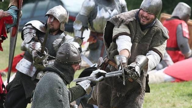 Pravá středověká bitva včetně boje o dřevěnou tvrz se odehrála v sobotu odpoledne v Modřicích na Brněnsku.