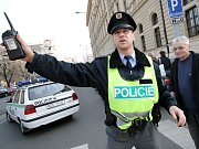Policisté brání lidem projít k budově magistrátu na Malinovského náměstí, kde byla nahlášená bomba.