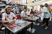 Karel Hanika, Karel Abraham, Jakub Kornfeil a Filip Salač při podepisování na autogramiádě jezdců Moto GP v brněnské Vaňkovce.