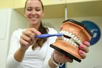 Lidé si v mobilní zubní ordinaci připomněli důležitost hygieny a prevence.