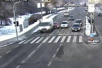 Proklouznout mezi auty stojícími na červenou na semaforu chtěl agresivní řidič. Klička mu však nevyšla a naboural do stojící dodávky.