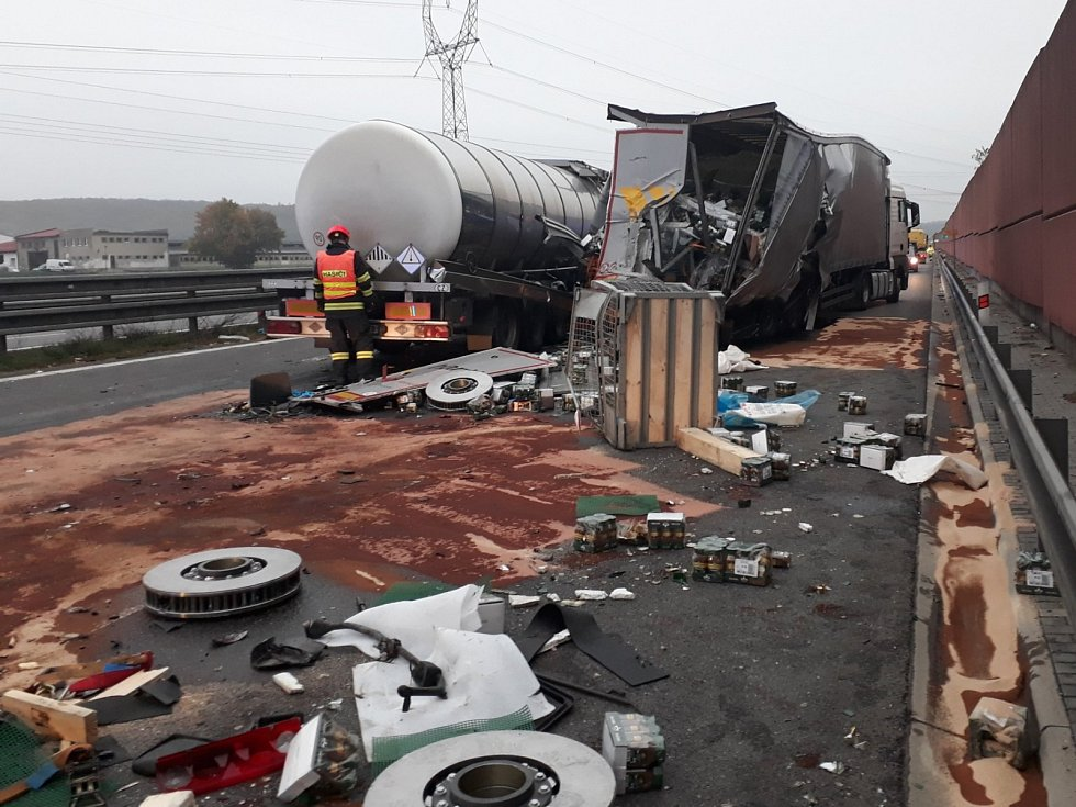 Nehoda dvou nákladních aut uzavřela dálnici D1.