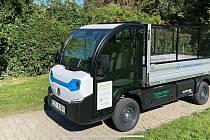 Elektrovozidlo pomáhá od začátku září s likvidací odpadu a úpravou zeleně v brněnských Židenicích.
